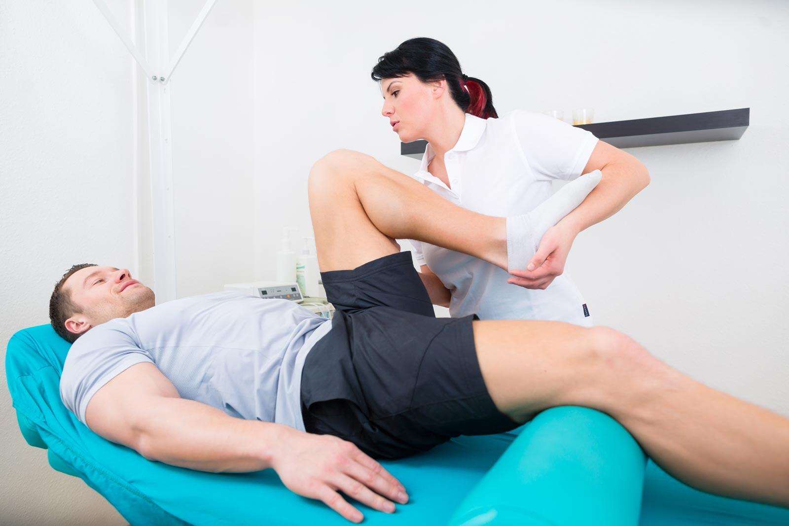 chiropractor+treating-knee-pain